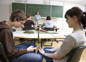 Teens-distracted-by-phones-in-class